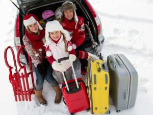 Rodina se zavazadly při odjezdu na zimní dovolenou